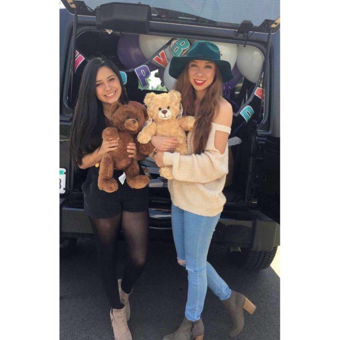 dos amigas con osos de peluches