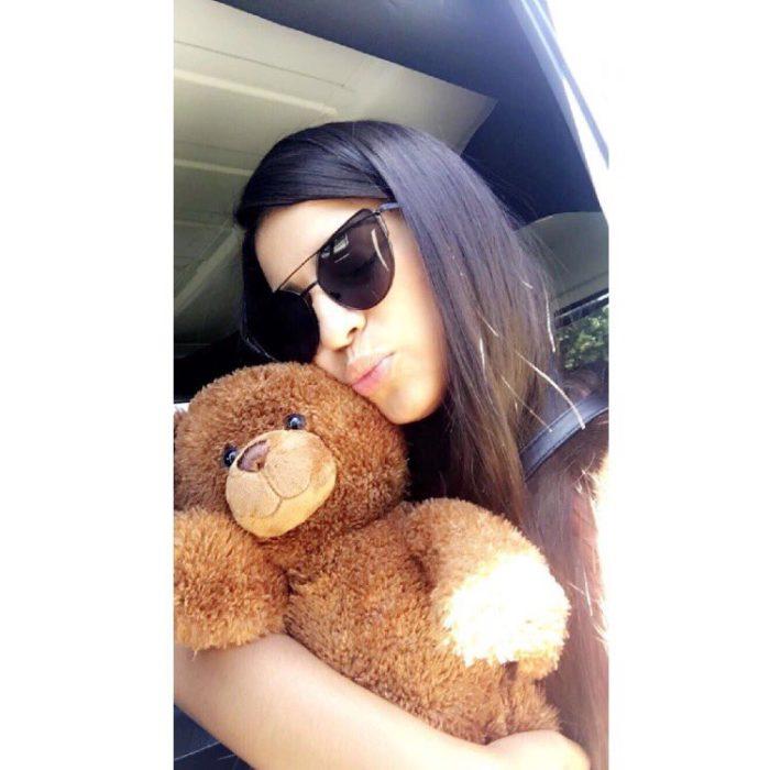 muchacha con oso de peluche