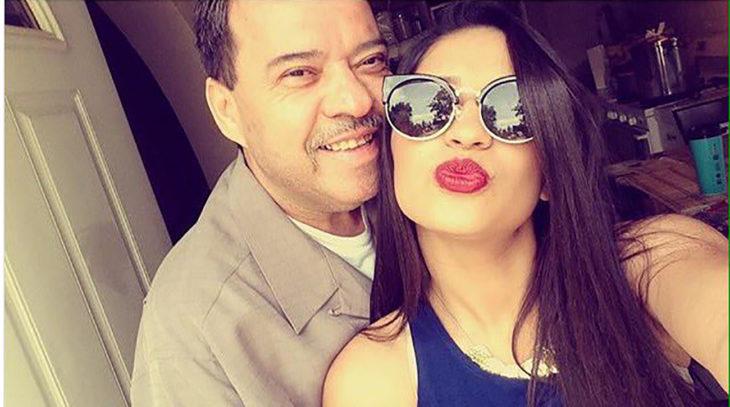chica y su papá posando para la selfie