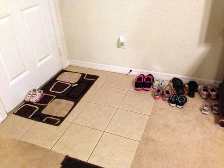 zapatos junto a la puerta