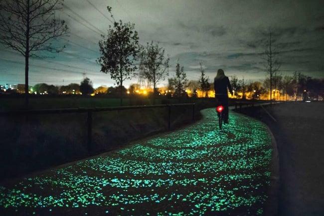 camino iluminado azul ciclista noche