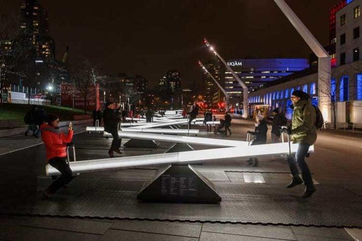 sube y baja iluminación noche ciudad diseño