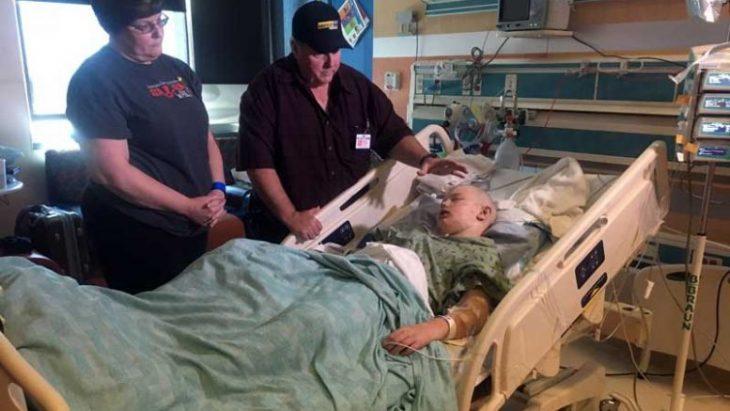 niño en un hospital acostado grave abejas picadura