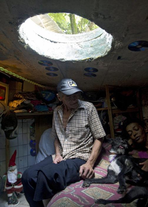 hombre con su familia en una alcantarilla viviendo 22 años