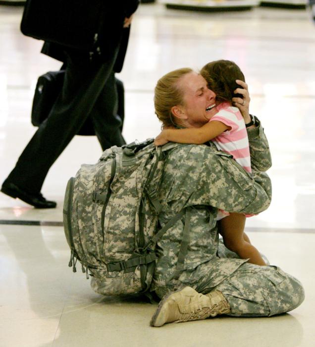 madre guerra soldado se rencuentra con su hija