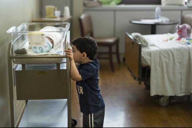 niño hospital conociendo a su hermano cuneros
