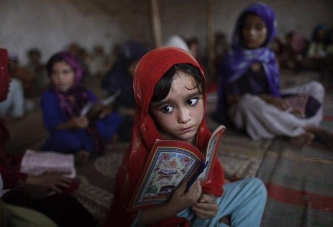niña leyendo escuela