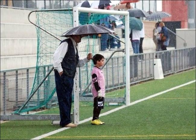 abuelo y nieto fotografía campo de fútbol