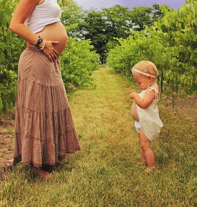 madre embarazada e hija en el campo