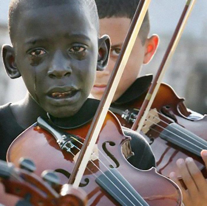 niño afroamericano llorando tocando el violín