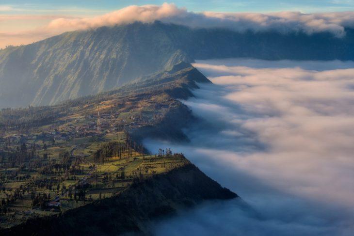 montañas volcanes humo