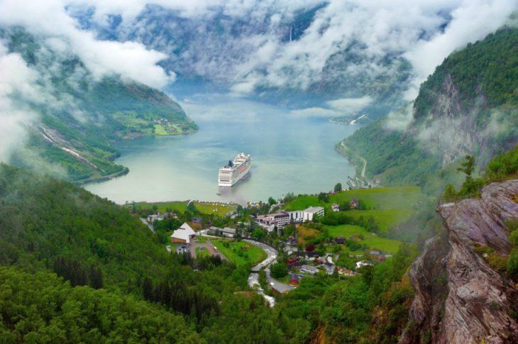 ciudad debajo de las montañas paisaje lago nubes