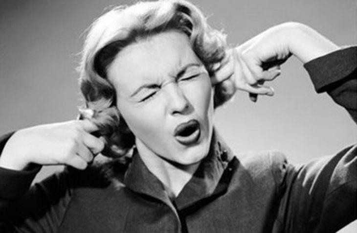 música fuerte mujer oídos
