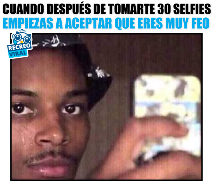 hombre hace cara graciosa mientras se toma una selfie