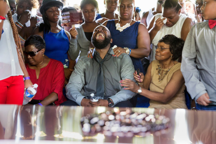 Michael Brown llora en un funeral