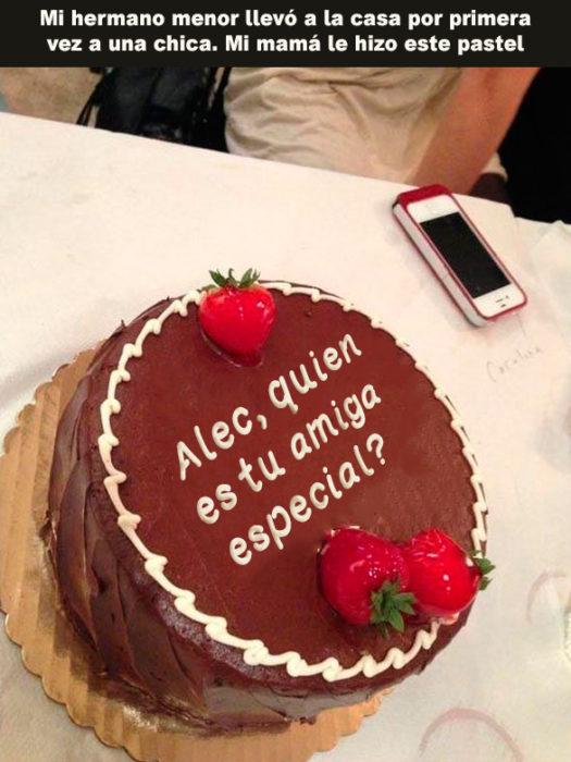 pastel que dice alec quien es tu amiga especial