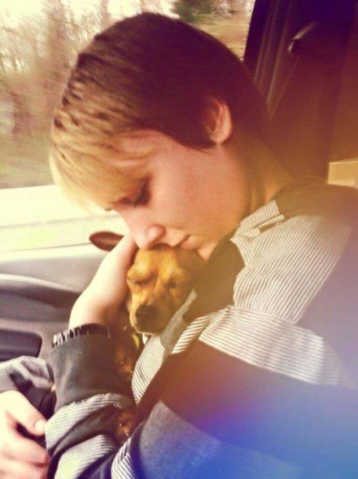 perro y su dueña abrazandose