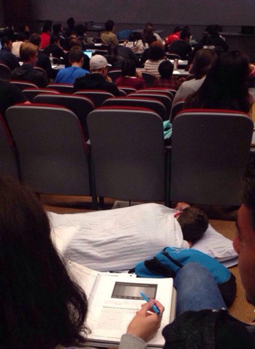 dormida en la escuela