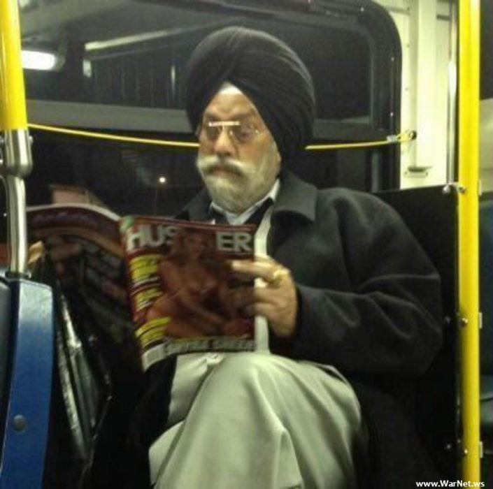 señor viendo porno en el transporte público