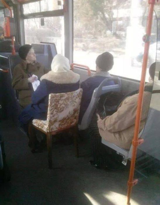 ancianas en sillas en el autobús