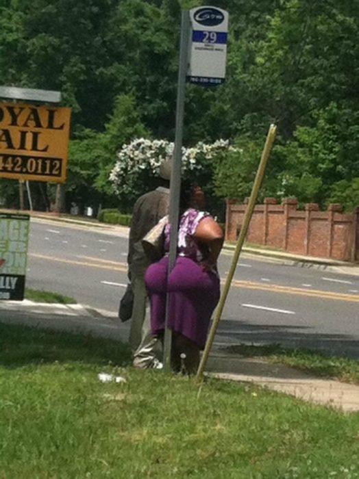 el trasero en la parada de autobús