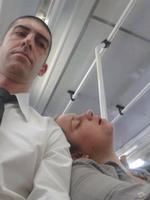 chica dormida camión