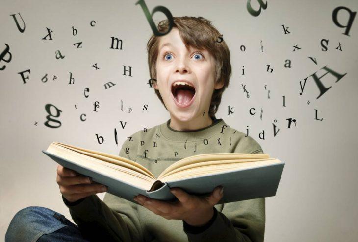 niño sorprendido leyendo