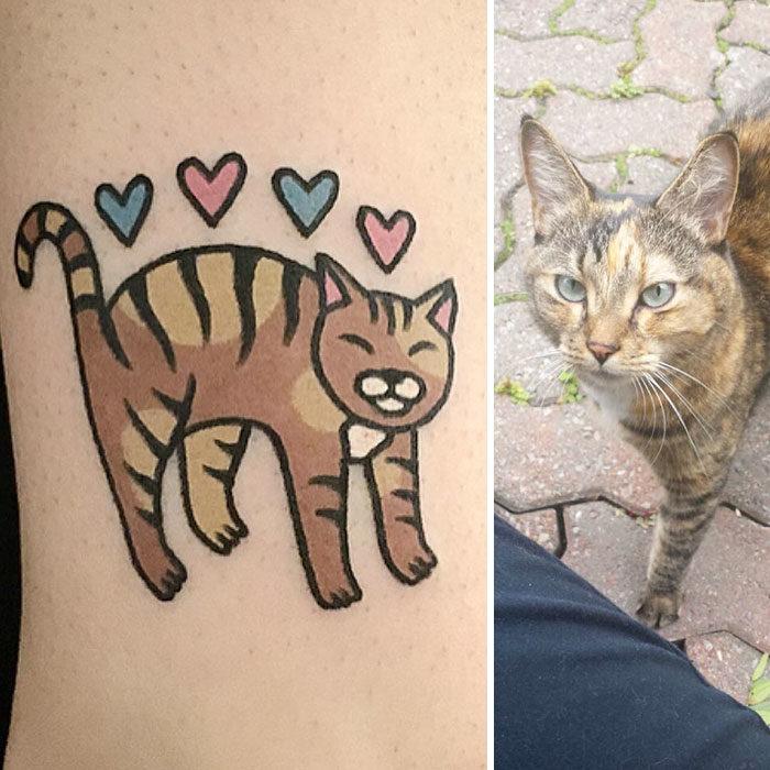 gato sonriendo con corazones tatuaje