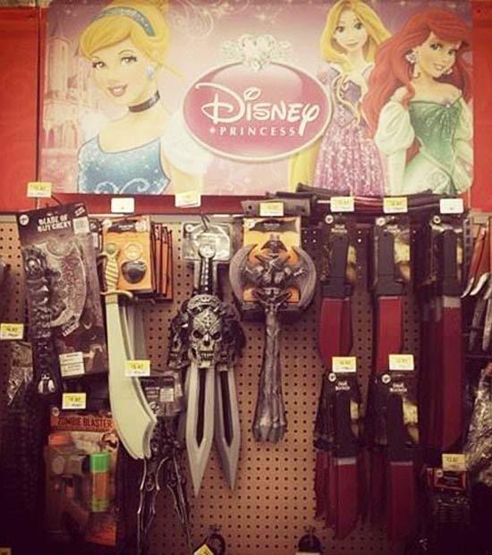 escaparate de princesas de disney y hay cuchillos con calaveras