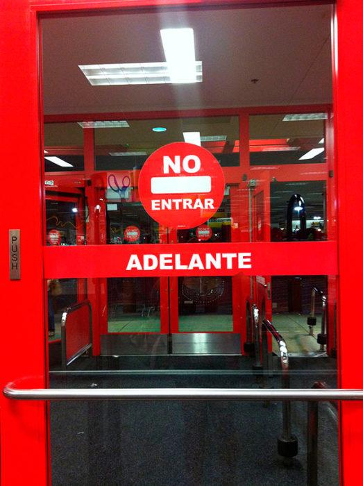 puerta con dos letreros, no entrar y adelante