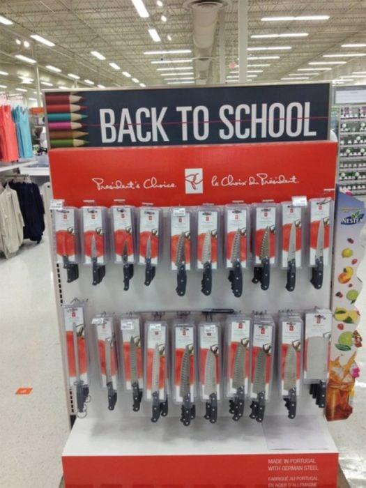 escaparate de regreso a clases y hay cuchillos
