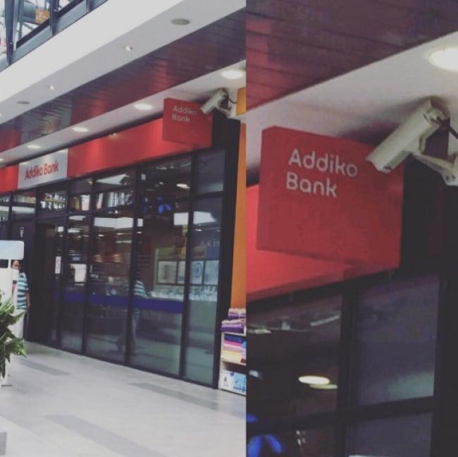 cámara de seguridad banco bloqueada por un letrero