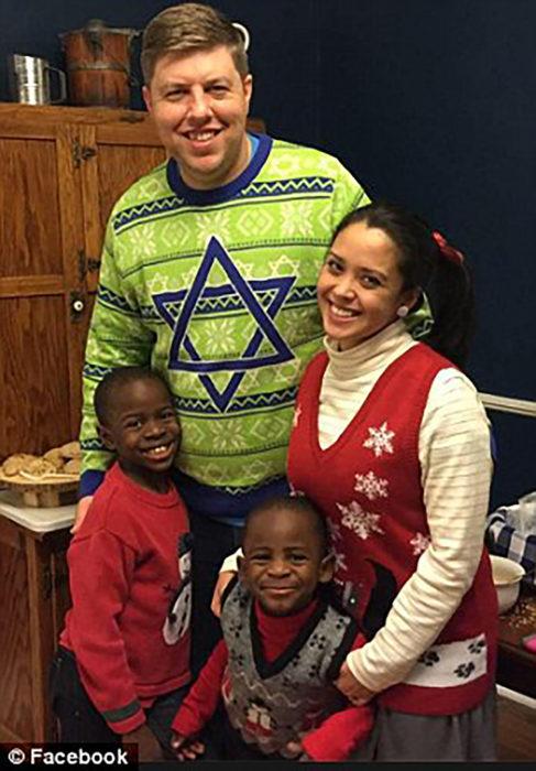 pareja caucásica con dos niños adoptados africanos