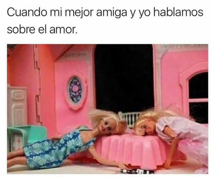 dos barbies simulan estar ebrias en una cama de barbie