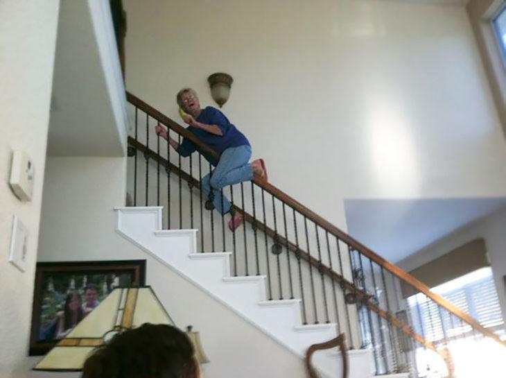anciana deslizándose de las escaleras con una banana