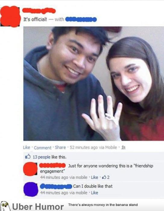 chico al lado de una chica que muestra un anillo