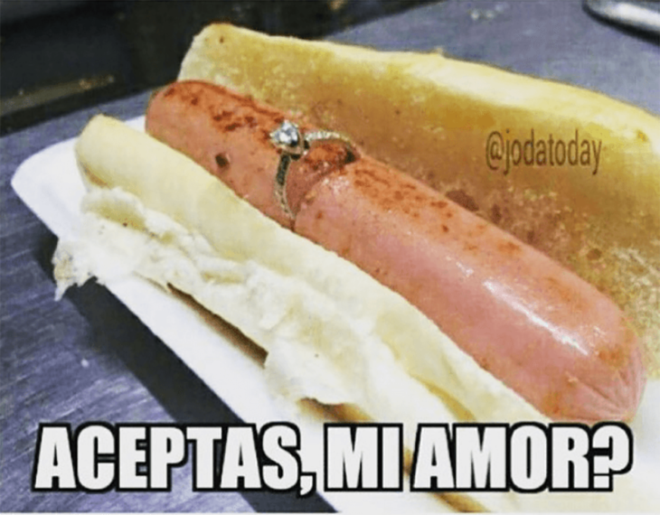 hot dog con anillo de compromiso
