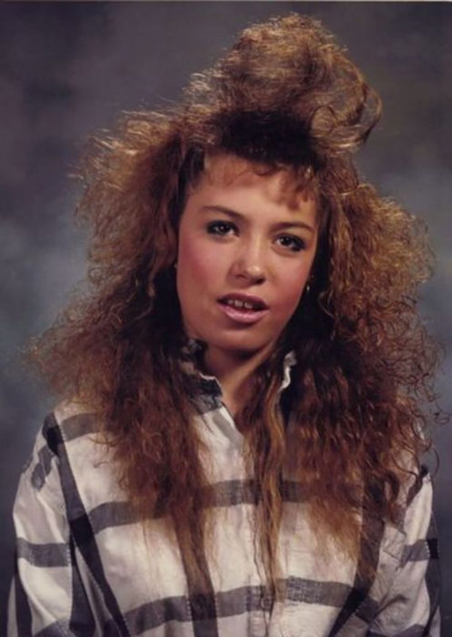mujer de camisa a cuadros con el cabello esponjado