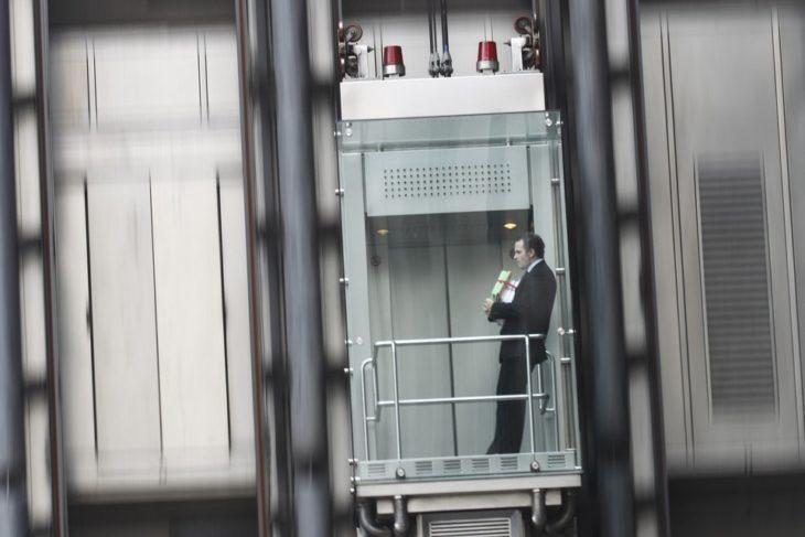 hombre desciende en ascensor