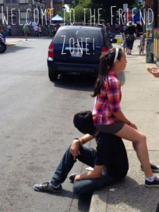 chica de camisa de cuadros se sienta en la espalda de un chico