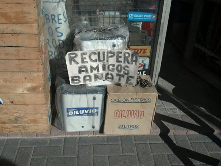 cartel que dice recupera amigos bañate
