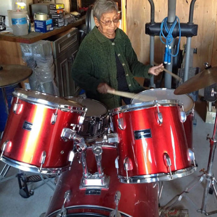 anciana tocando la batería