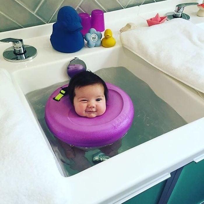 bubby bebé flotando