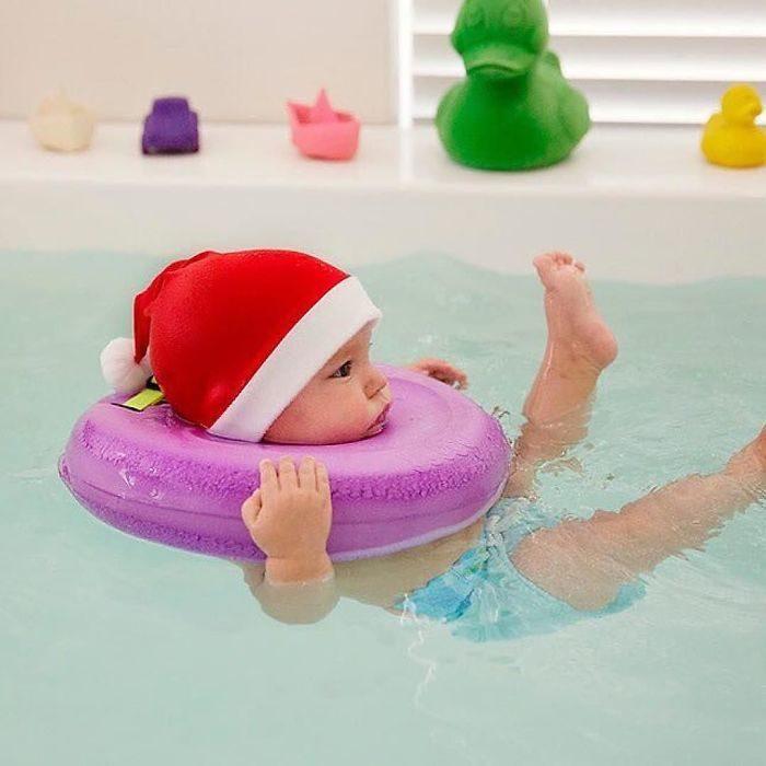 bebé nadando en navidad