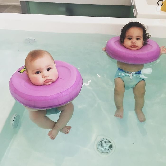 bebés flotando sobre la bañera
