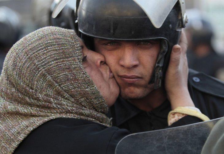 mujer besa a policia
