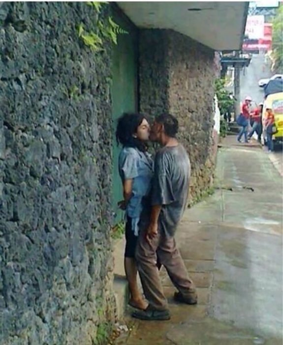 indigentes besándose