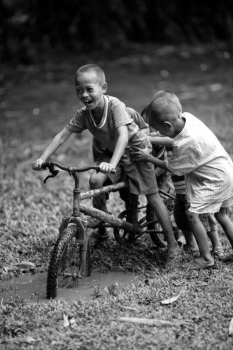 niños jugando con una bicicleta