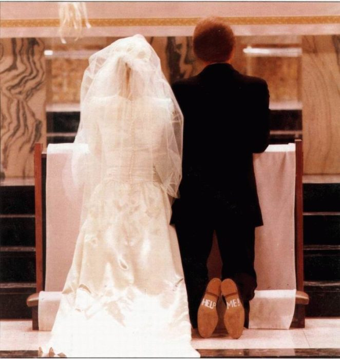 zapatos novio en el altar dice help me