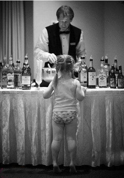 niña en calzones en una fiesta